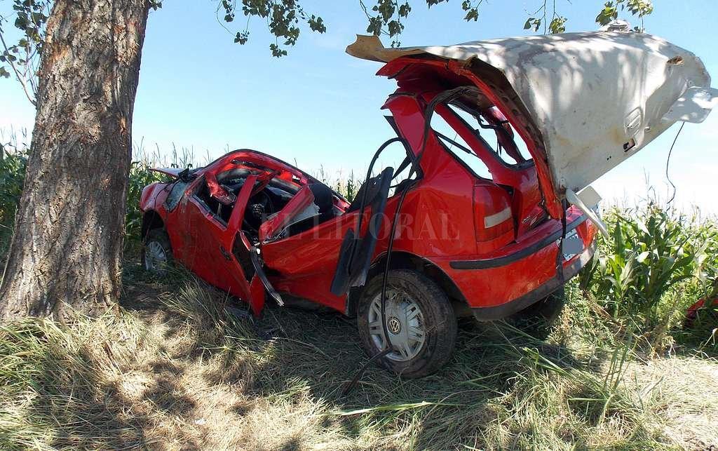 Cinco adolescentes -dos fallecieron- viajaban por la Ruta 13 en horas de la mañana, cuando 5 km antes de llegar a San Jorge chocaron contra un árbol. Corresponsalía San Jorge