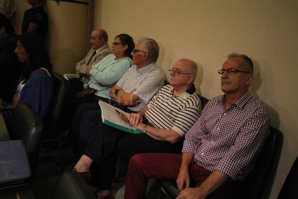 Imputados: Ramos, Brusa, Ferreyra, Aebi y Perizzotti -de der. a izq.- aguardan en el banquillo el comienzo de un nuevo juicio. Guillermo Di Salvatore