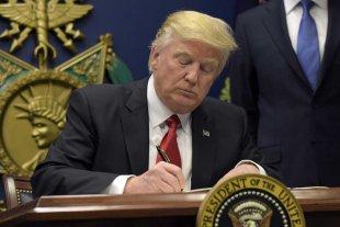 Trump acelera deportaciones y suma 15.000 agentes al control de fronteras