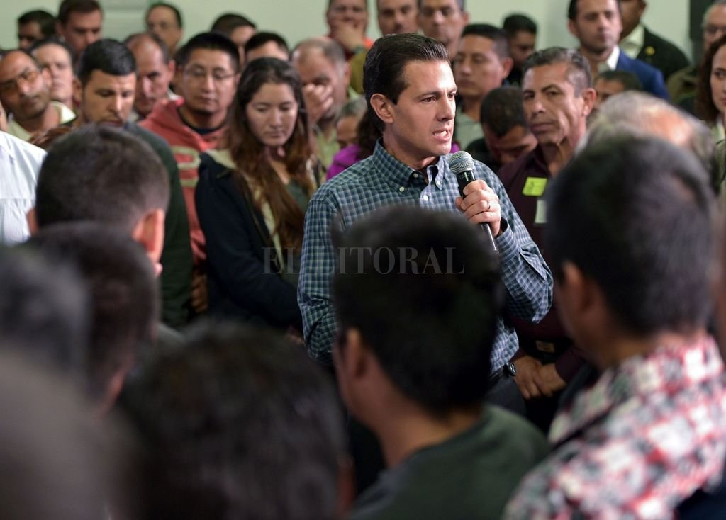 Peña Nieto se dirige a un grupo de migrantes deportados. <strong>Foto:</strong> EFE