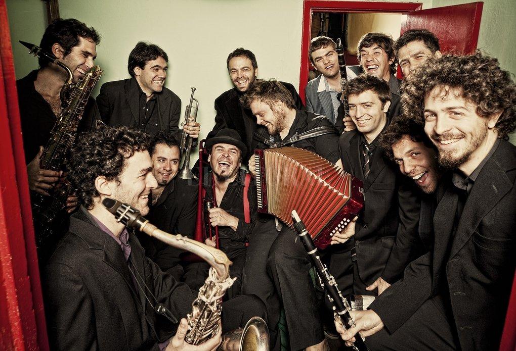 a Sonora Marta la Reina es una orquesta que interpreta cumbia, chamamé, vallenato, guaraña, porro, merengue y otros aires de América. Se presentará el 19 de febrero. Gentileza Producción