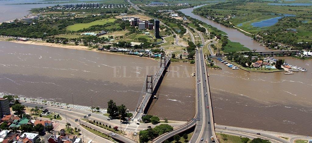Postal. La imagen aérea es de los últimos días y muestra las dos tonalidades que tiene la laguna Setúbal. Gentileza Gobierno de Santa Fe