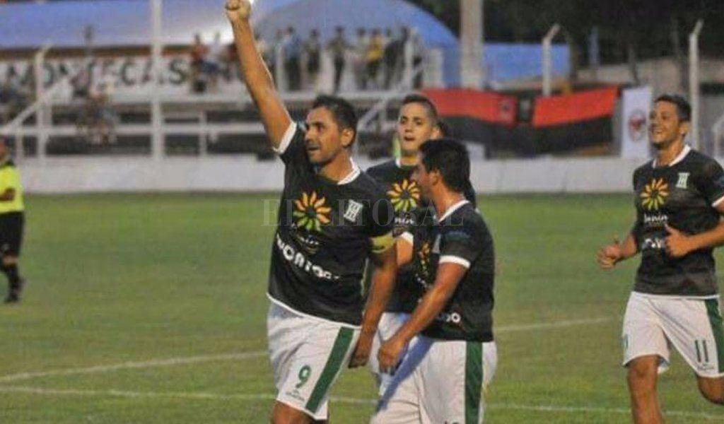 A los 44 años Fuertes jugó en el Federal C y marcó un gol de cabeza para Junin de Mendoza <strong>Foto:</strong> Gentileza - Los Andes