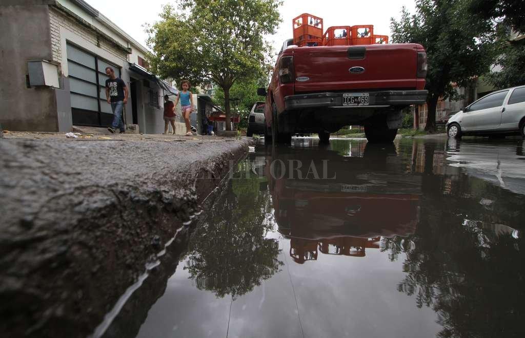 Inhabitable. En Greca al 1000 los vecinos tienen que vivir encerrados debido a los malos olores que llegan desde la calle inundada. Mauricio Garín