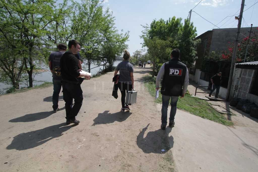 Personal de PDI y Criminalística inspeccionaron la zona del terraplén donde fue asesinado Cristian Arredondo. <strong>Foto:</strong> Guillermo Di Salvatore