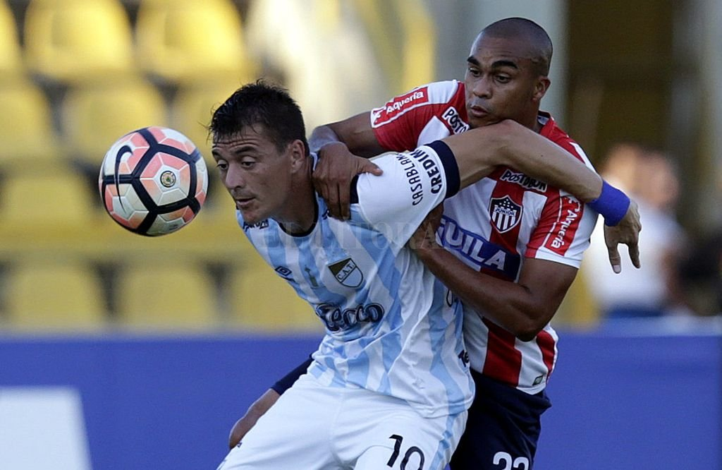 Leandro González defiende la pelota. EFE