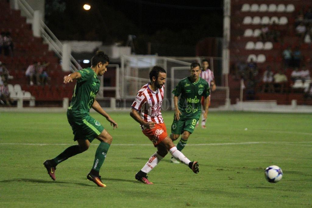 Lucas Gamba lleva la pelota. Pablo Aguirre
