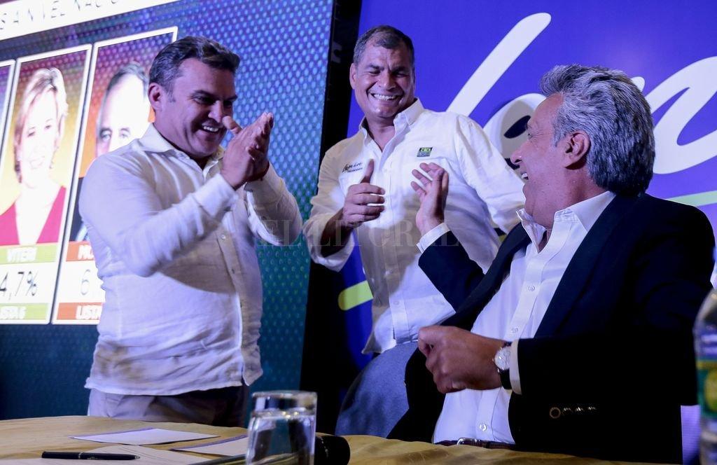 Lenín Moreno, celebra con el presidente de Ecuador Rafael Correa y el candidato a la asamblea nacional José Serrano, al conocer una encuesta que lo da como ganador <strong>Foto:</strong> EFE