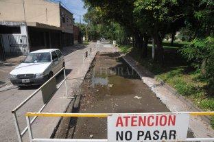 Después del socavón, reclaman la reparación urgente del asfalto - El recorte del asfalto es sobre la mano oeste de calle Vélez Sarsfield al 5800. Cuando la Municipalidad termine de reparar ese tramo, hará lo mismo en la mano este.  -