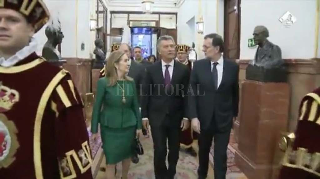 Para Macri, su gestión sacó al país de una grave crisis - El presidente ingresa acompañado por Mariano Rajoy al Parlamento español. -