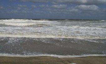 Un hombre que fue golpeado por una ola podría quedar cuadripléjico