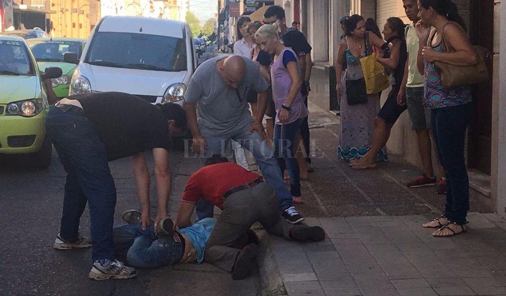 El grupo de vecinos mantuvo inmovilizado al ladrón hasta la llegada de la policía. El Litoral
