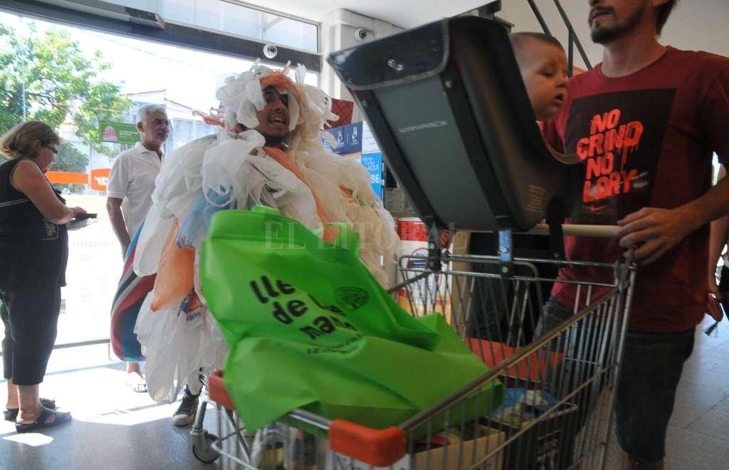 Chau bolsita. En el marco de la campaña, la Municipalidad tiene previsto repartir bolsas de tela en los supermercados para que los consumidores tengan en qué llevar los productos. Crédito: Flavio Raina