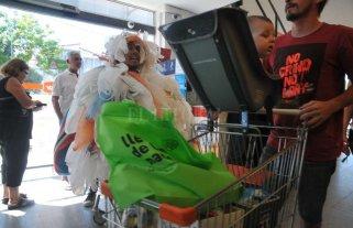 No más bolsas plásticas - Chau bolsita. En el marco de la campaña, la Municipalidad tiene previsto repartir bolsas de tela en los supermercados para que los consumidores tengan en qué llevar los productos. -
