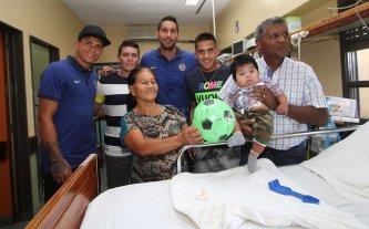 Jugadores de Colón y Boca entregaron juguetes en el Hospital de Niños