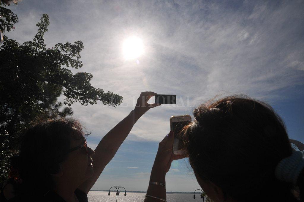 A pesar del calor, la gente disfrutó del eclipse en el Code - En Santa Fe. El eclipse comenzó a las 9.30 y el epicentro se produjo a las 10.40, cuando la parte principal del Sol estuvo cubierta en un 54 % por la Luna, hasta salir del Sol, a las 12.20. -