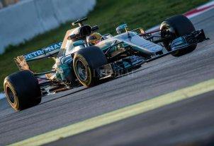 Hamilton lidera con su Mercedes el primer día de tests de 2017