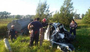 Una familia murió tras chocar con un camión