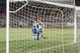 Argentina goleó y mantiene las chances de clasificar