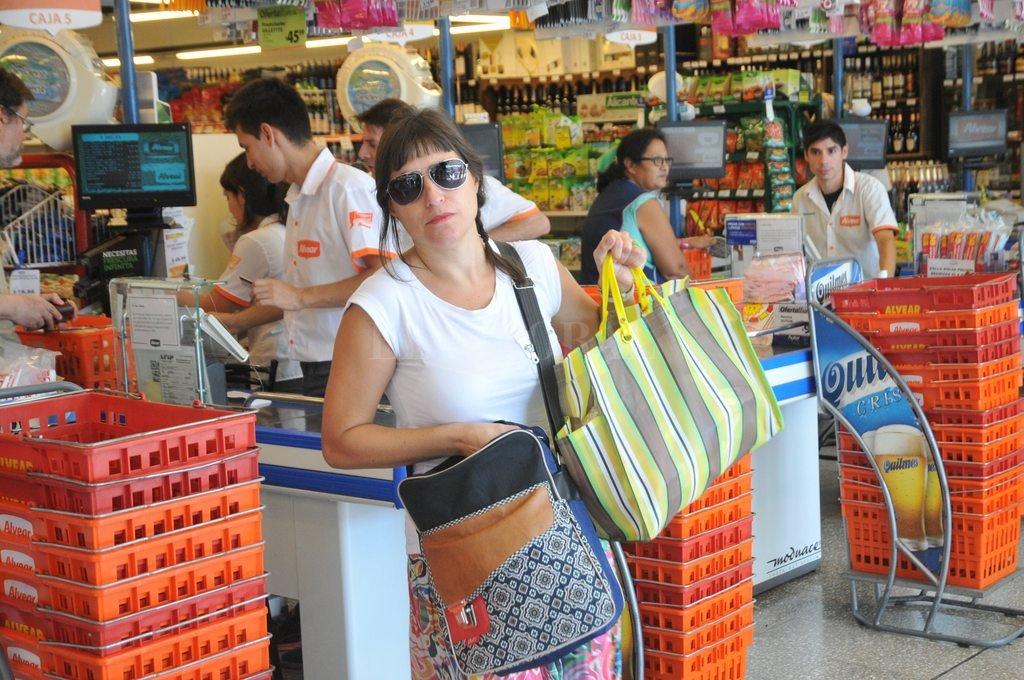 Estreno. Esta clienta se compró la bolsa de hilo plástico para llevarse sus productos.1 Flavio Raina