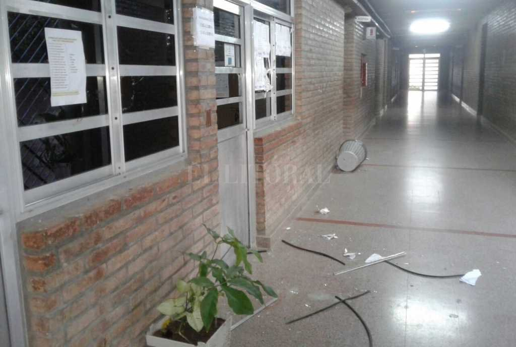 Los daños en la escuela Leandro Alem. Esta mañana personal policial logró recuperar algunos de los elementos sustraídos.  El Litoral