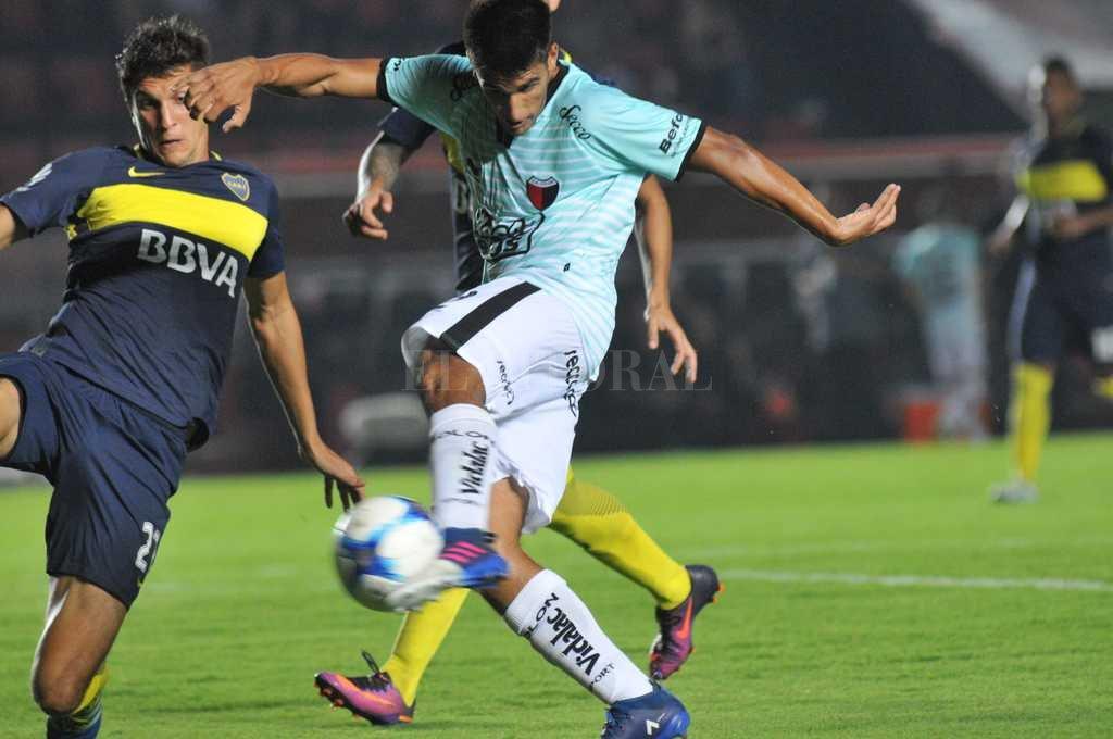 La perfecta pose de Nicolás Leguizamón para empalmar de zurda esa pelota en el partido amistoso ante Boca en el Centenario. <strong>Foto:</strong> Mauricio Garín