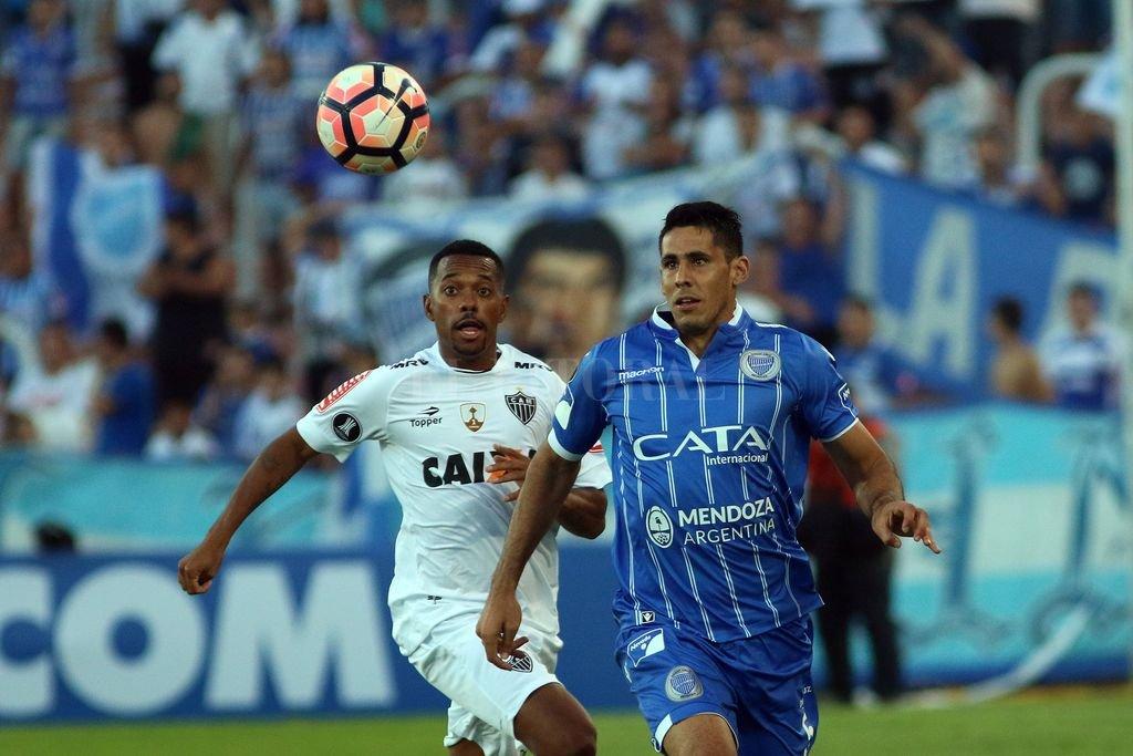 Diego Viera recibe el balón ante la marca de Robinho. Crédito: EFE