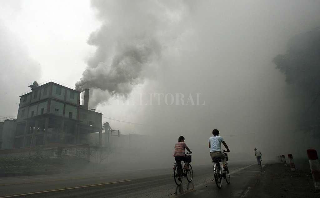 Ciclistas atraviesan una zona de alta polución ambiental en la provincia de Hebei, China. <strong>Foto:</strong> Archivo El Litoral