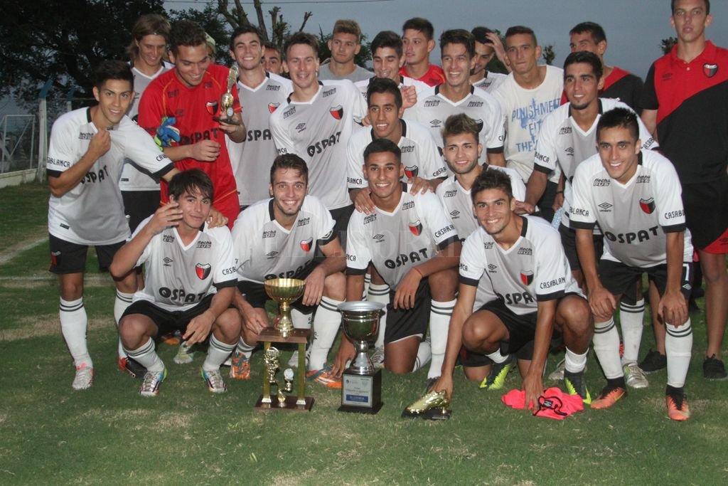 El mejor. Los chicos de Colón con los trofeos y su alegría por haberse quedado con el primer lugar en el muy competitivo torneo veraniego. Amancio Alem