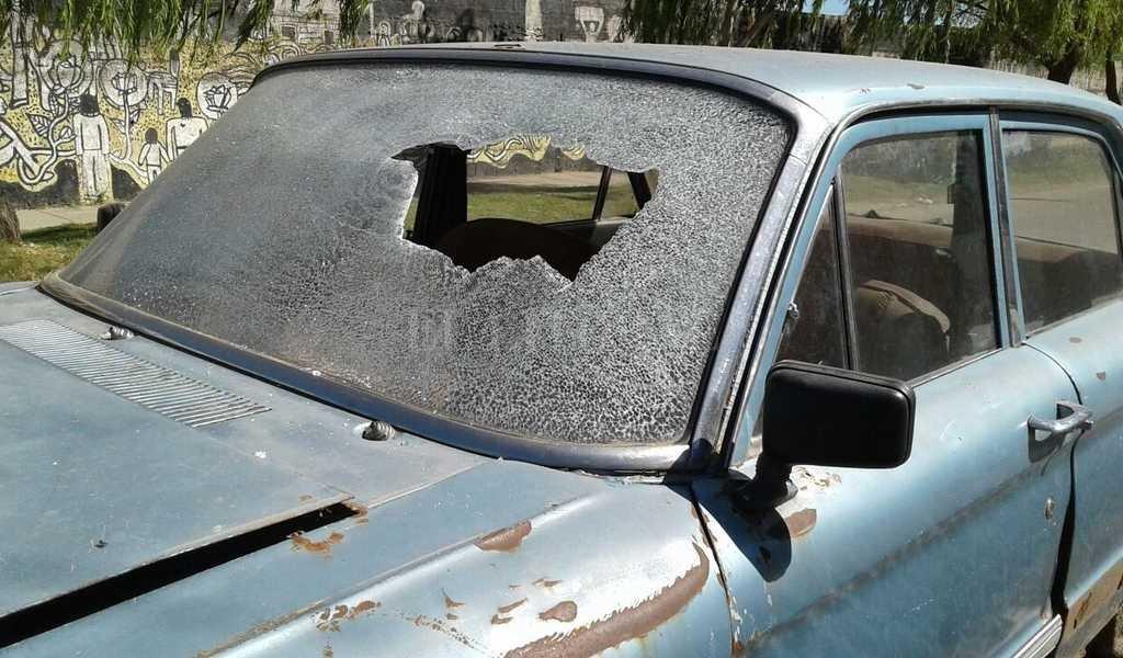 Se presume que en el lugar hubo un recio tiroteo. Y uno de los disparos impactó en el parabrisas de un viejo Ford Falcon estacionado en Aguado al 2800. Danilo Chiapello