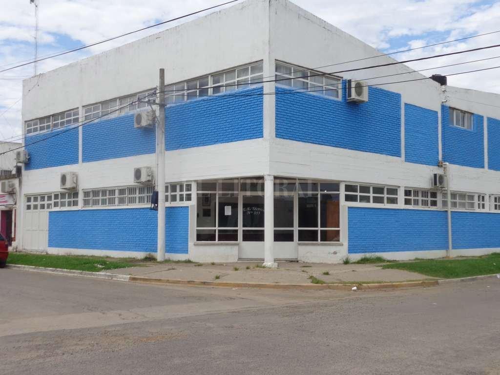 """Éste es el edificio donde funciona actualmente la escuela técnica Nº 355 José Scaldaferri -ubicado en Rivadavia y 9 de Julio- y que pertenece a la comuna. Ahora se construirá una obra """"emblemática"""" en un predio de la provincia. Archivo El Litoral"""
