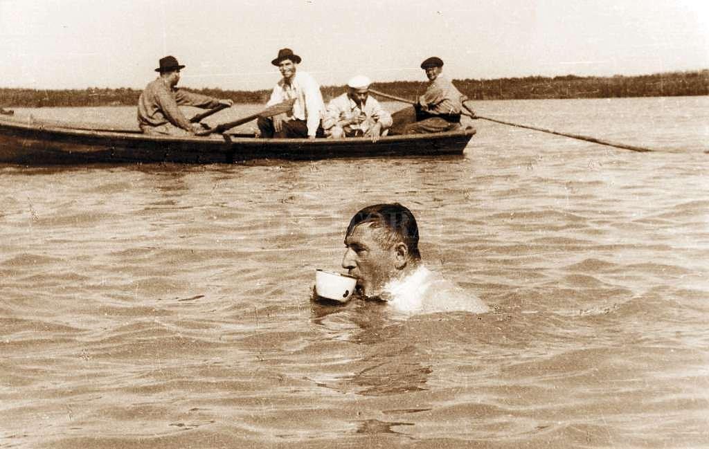 Don Pedro Candioti tomando el mate cocido caliente tradicional en sus raids, acompañado por quiénes lo alentaban en aquellas verdaderas proezas. Colección Danilo Birri