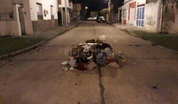 """Dejaron una """"montaña"""" de basura en medio de la calle"""