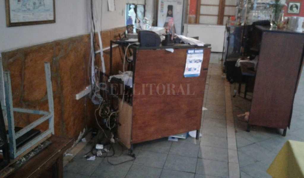"""""""Además de lo que robaron, lo que duele son los destrozos. Estuve al borde de no poder abrir"""", dijo Eugenio, propietario del comercio. Danilo Chiapello"""