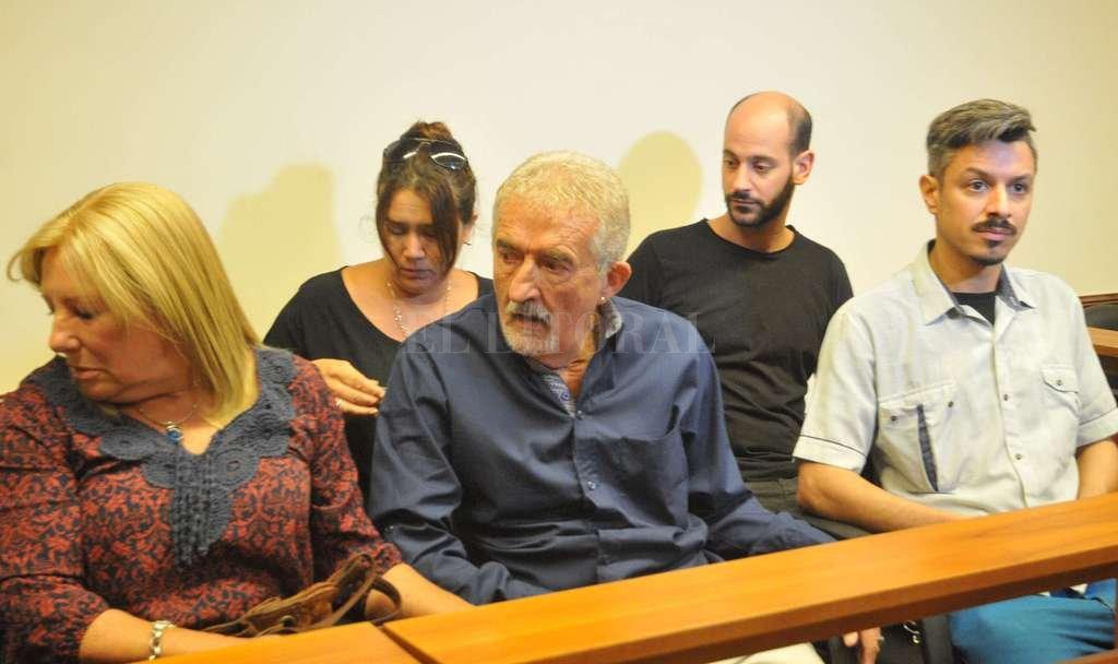 Los padres de Patricio junto con su hermano Rodrigo, presenciaron la audiencia que se llevó a cabo en el subsuelo de tribunales. Luis Cetraro