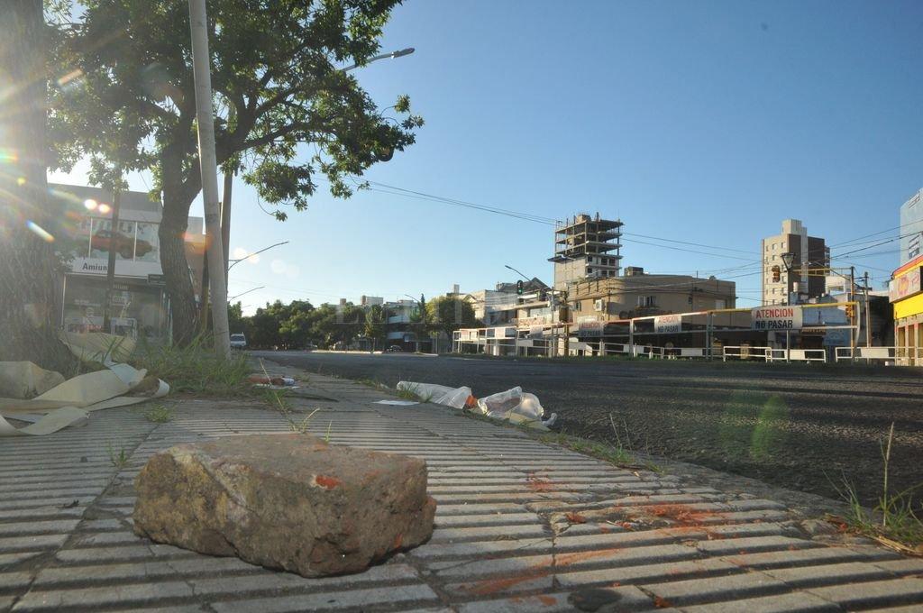 Esta mañana aún quedaban piedras, vidrios y cartuchos de uso policial esparcidos en los lugares de los incidentes.  <strong>Foto:</strong> Flavio Raina