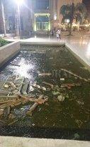 La fuente frente al teatro, una inmundicia