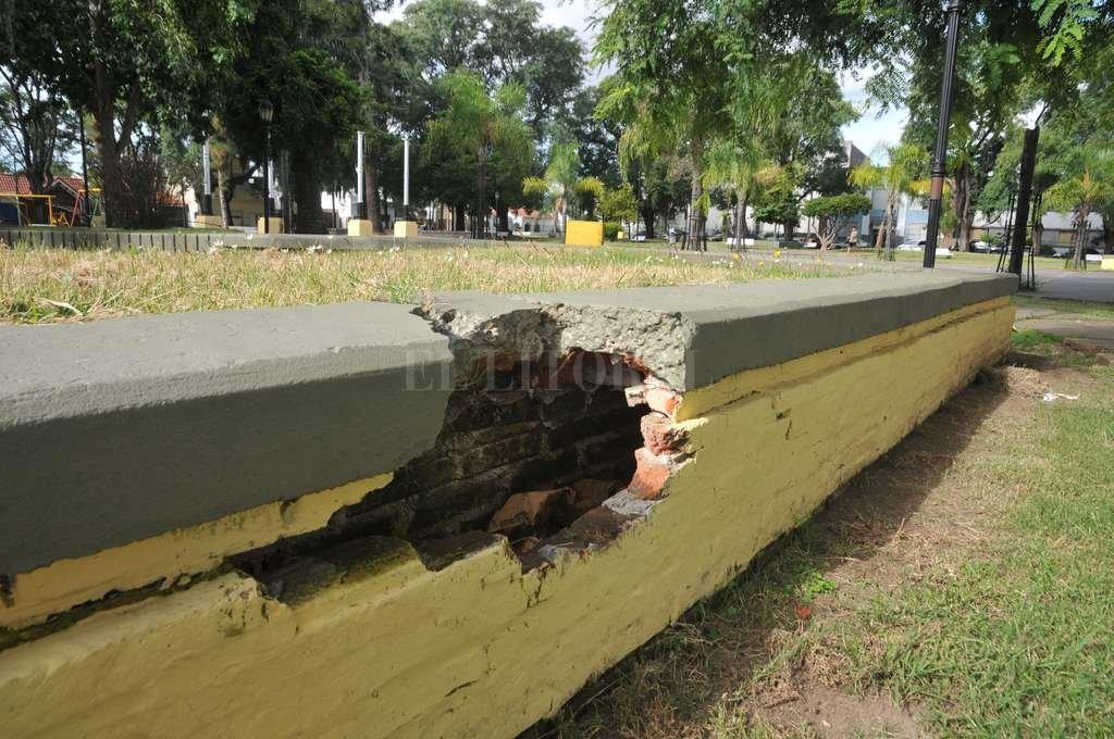 Una de las tapias separadoras, donde la gente se sienta a tomar mate bajo el sol, presenta una considerable rotura. Luis Cetraro