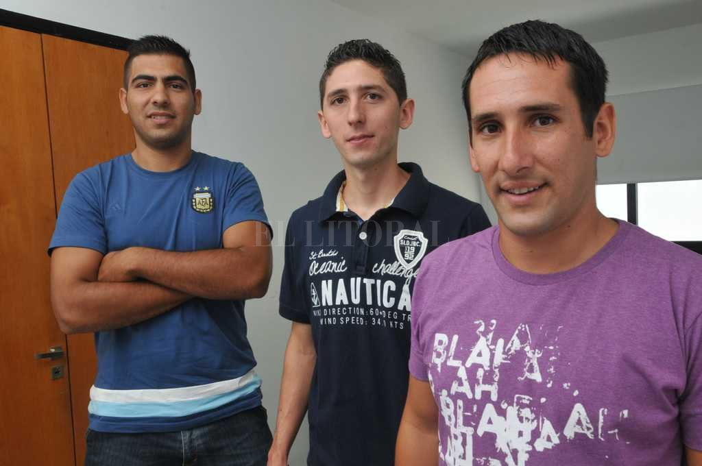Tres para triunfar. Gabriel Damiani, Juan Bonnín y Bruno Levatti, son las caras neuvas del arbitraje nacional. Hoy disfrutan el momento y ya trabajan para superarse. <strong>Foto:</strong> Flavio Raina