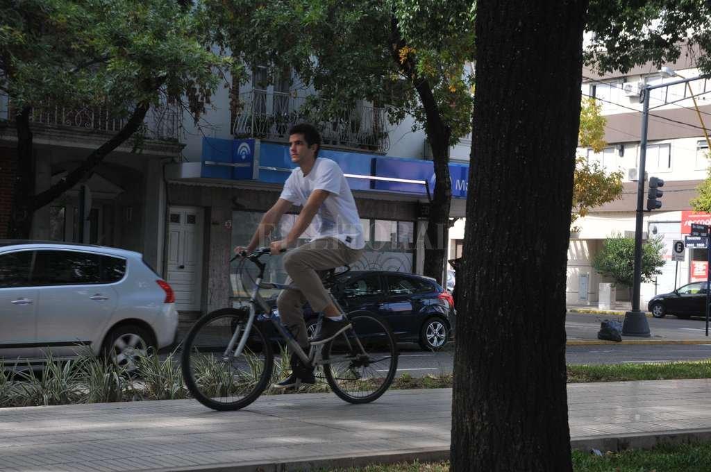 Ya hay ciclistas que circulan por el cantero central del nuevo bulevar. Crédito: Luis Cetraro