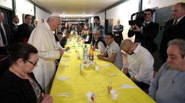 El papa desayunó con una familia musulmana y almorzó con 100 presos