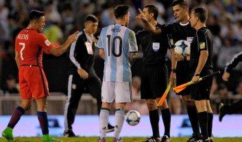 Cuatro partidos de suspensión a Messi por insultar a un juez de línea -  -