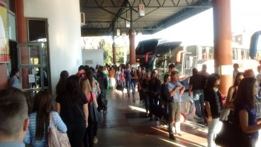 Buscan soluciones a los reiterados  inconvenientes para viajar a Paraná - El lunes. En la terminal de Paraná había colas interminables para abordar un coche hacia la capital santafesina. Las quejas de los usuarios se reiteran hace años. -