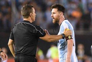 Messi negó haber insultado al juez de línea -  -