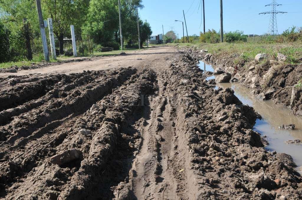 Así está un tramo de la única calle por la que se circula en el interior de La Vuelta del Paraguayo. En otros tramos está mucho mejor. Crédito: Flavio Raina