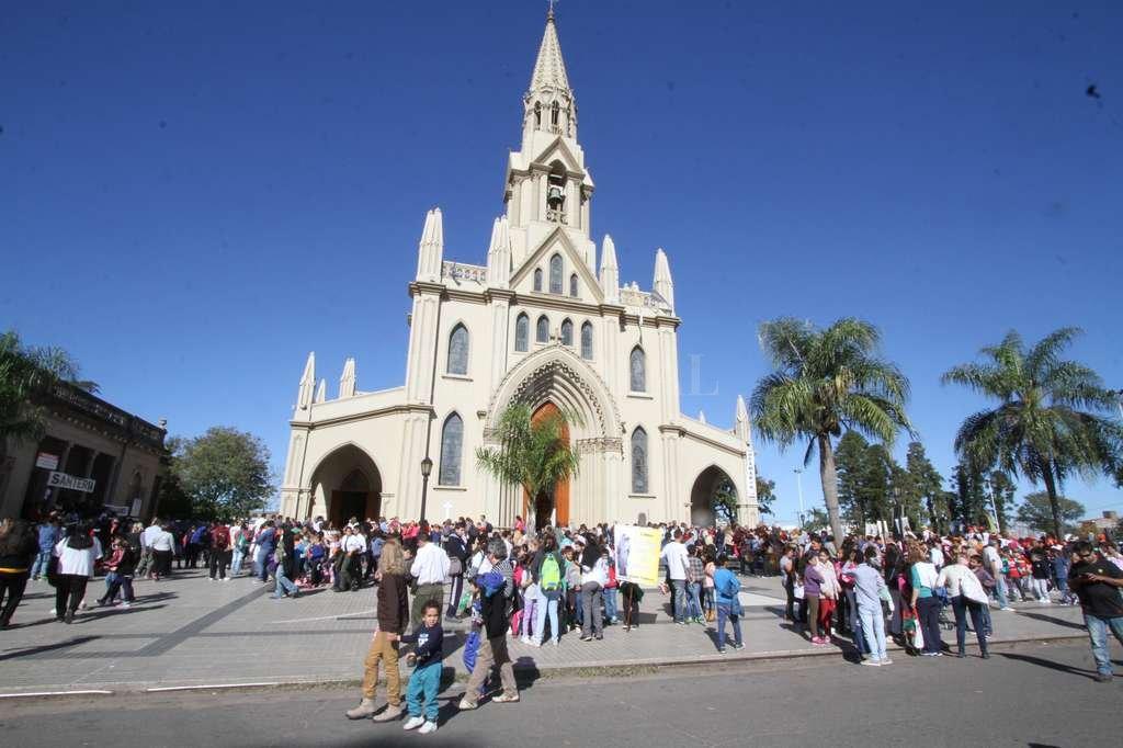 Los fieles llegan a la Basílica para elevar sus pedidos y agradecimientos. Guillermo Di Salvatore