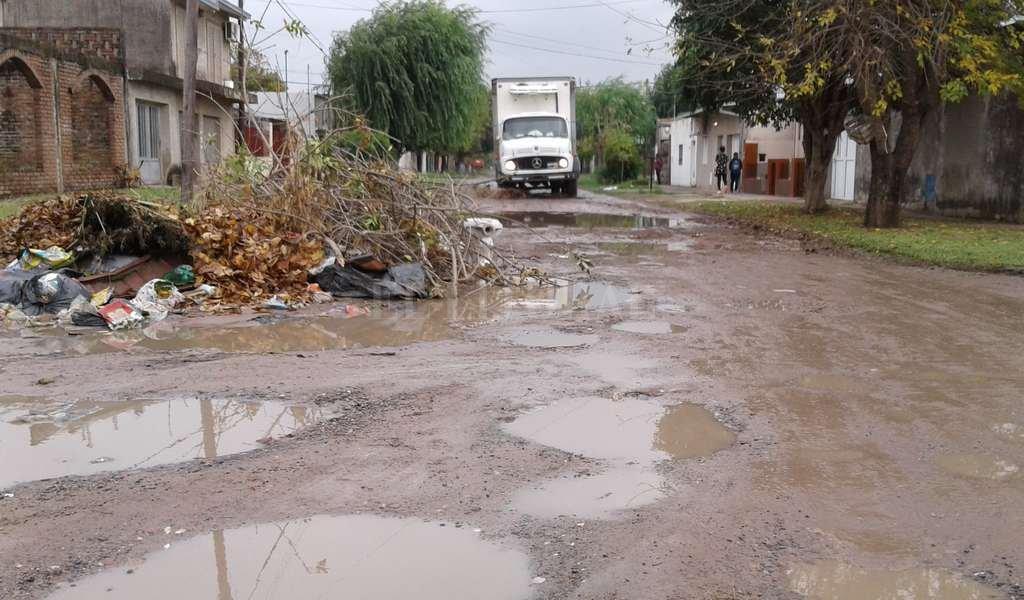 Lago Los Hornos. En Cassanello y Pasaje Echeverría la calle está destruida, hay microbasurales y las zanjas tienen residuos. Crédito: El Litoral