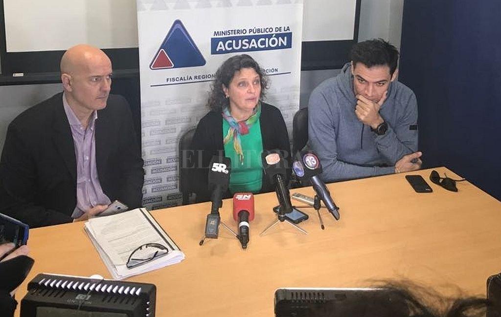 Luego de la reunión, la fiscal, el deportista y su apoderado ofrecieron una conferencia de prensa. <strong>Foto:</strong> Prensa MPA