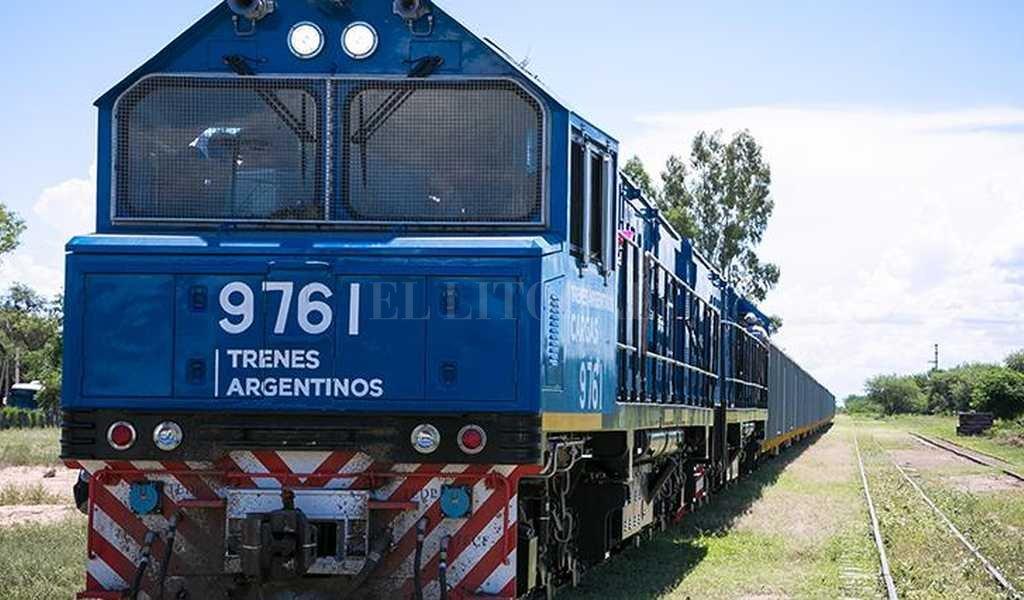 La prueba de una de las 107 locomotoras que equiparán al FF.CC. Belgrano Cargas. La baja de costos logísticos es clave en la propuesta del gobierno nacional. <strong>Foto:</strong> Ministerio de Transporte