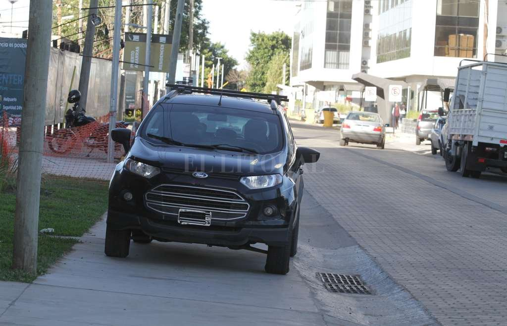 Infracción. En primer plano, un vehículo sobre la vereda; más atrás, un camión, y está prohibida la circulación de estos últimos por calle 1° de Enero. Guillermo Di Salvatore